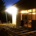 Installation de la terrasse extérieure en bois, sur des plots en béton.