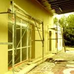 Application de l'enduit monocouche en finition de façade et pose des menuiseries. Le système zeHouse permet une diminution drastique des ponts thermiques.
